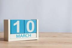 10. März Tag 10 des Monats, hölzerner Farbkalender auf Tabellenhintergrund Frühlingstag, leerer Raum für Text Stockbilder