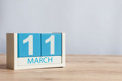 11. März Tag 11 des Monats, hölzerner Farbkalender auf Tabellenhintergrund Frühlingstag, leerer Raum für Text Stockbild