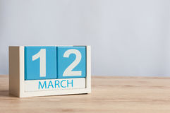 12. März Tag 12 des Monats, hölzerner Farbkalender auf Tabellenhintergrund Frühlingstag, leerer Raum für Text Lizenzfreie Stockbilder