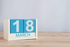 18. März Tag 18 des Monats, hölzerner Farbkalender auf Tabellenhintergrund Frühlingszeit, leerer Raum für Text Stockbild
