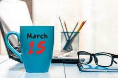 15. März Tag 15 des Monats, Kalender auf MorgenKaffeetasse, Geschäftslokalhintergrund, Arbeitsplatz mit Laptop und Stockfotos