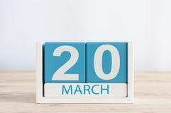 20. März Tag 20 des Monats, Tagesübersicht auf Holztischhintergrund Frühlingstag, leerer Raum für Text Stockfotografie