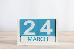 24. März Tag 24 des Monats, Tagesübersicht auf Holztischhintergrund Frühlingszeit, leerer Raum für Text Lizenzfreies Stockfoto