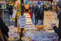 25. MÄRZ 2016: Typische Waren und Dekors verkauften an traditionellen Ostern-Märkten auf altem Stadtquadrat in Prag, Tschechische Stockfotografie