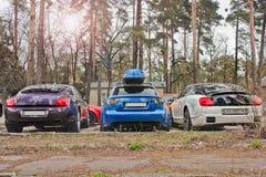 13. März 2014 Ukraine, Kharkov; Superkombiniertes von Supercars Purpurrotes und weißes Bentley und blaues Audi RS4 stockfotografie