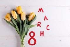 8. März und gelbe Tulpen Lizenzfreies Stockfoto