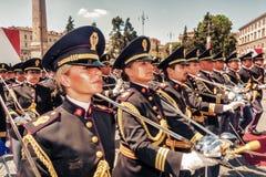 März von Frauen und von Männern der Zustands-Polizei Lizenzfreie Stockfotografie