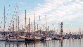 8. März 2017 Zeitschöße von Yachten und von Kabelbahn im Hafen von Barcelona stock footage