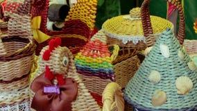 Mässa av vide- korgar som göras av sugrör och pilen stock video