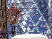 Mässingsgatalampa i moderna london Royaltyfri Bild