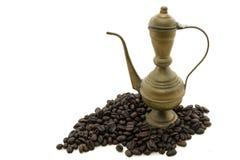 Mässingskaffekruka i kaffebönor Arkivfoto