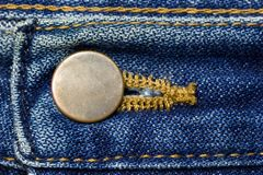 Mässingsknapp av jeans arkivfoto