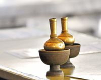 Mässingskrus till fyllande vatten på den thailändska templet royaltyfri fotografi