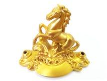 Mässingskunglig guld- häst på vit bakgrund Arkivbild