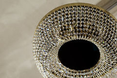 Mässingsljuskrona med kristallen Arkivfoto