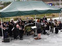 Mässingsmusikband på den 200 år berömmen av den Leeds Liverpool kanalen på Burnley Lancashire Royaltyfri Fotografi