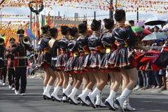 Mässingsmusikbandmajorettes synkroniserade marsch under den årliga mässingsmusikbandutställningen Arkivfoton