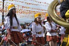 Mässingsmusikbandmajorettes synkroniserade marsch under den årliga mässingsmusikbandutställningen Royaltyfria Foton