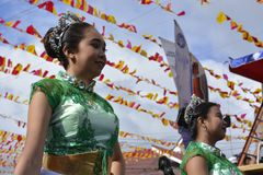 Mässingsmusikbandmajorettes synkroniserade marsch under den årliga mässingsmusikbandutställningen Arkivfoto