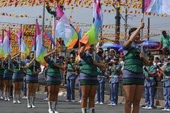 Mässingsmusikbandmajorettes synkroniserade marsch under den årliga mässingsmusikbandutställningen Arkivbild