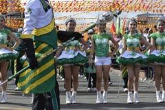 Mässingsmusikbandmajorettes synkroniserade marsch under den årliga mässingsmusikbandutställningen Royaltyfri Bild