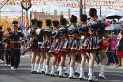 Mässingsmusikbandmajorettes synkroniserade marsch under den årliga mässingsmusikbandutställningen Royaltyfria Bilder