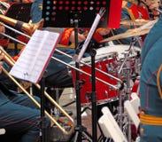 Mässingsmusikbandmusiker och deras instrument Royaltyfri Foto