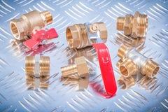 Mässingsnippelslangkontaktdon likställer ventiler för utslagsplatskontrollvatten på cha arkivfoton