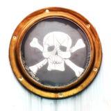 Mässingstappninghyttventilen med piratkopierar flaggan Arkivfoto