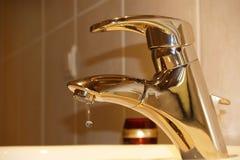 mässingsvattenkranvatten Arkivfoton