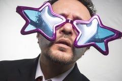 Mästare affärsman med achiev för stjärnor för exponeringsglas galen och rolig, arkivbilder