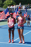 Mästare Ana Konjuh för flickor för US Open 2013 yngre från Kroatien rätt och löpare upp tromben Alicia Black under trofépresentat royaltyfri bild
