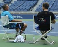 Mästare Andy Murray (R) för storslagen Slam efter övning för US Open 2016 med hans lagledare Grand Slam Champion Ivan Lendl Arkivfoton