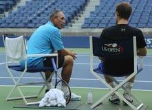 Mästare Andy Murray (R) för storslagen Slam efter övning för US Open 2016 med hans lagledare Grand Slam Champion Ivan Lendl Royaltyfri Foto
