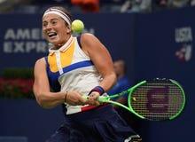 Mästare Jelena Ostapenko för storslagen Slam av Lettland i handling under hennes runda match för US Open 2017 först Royaltyfri Fotografi