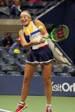 Mästare Jelena Ostapenko för storslagen Slam av Lettland i handling under hennes runda match för US Open 2017 först Royaltyfria Bilder