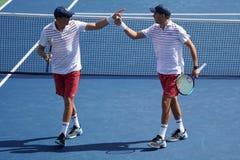 Mästare Mike och Bob Bryan för den storslagna slamen av Förenta staterna i handling under US Open 2017 för man` s för runda 3 dub fotografering för bildbyråer