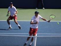 Mästare Mike och Bob Bryan för den storslagna slamen av Förenta staterna i handling under US Open 2017 för man` s för runda 3 dub arkivbilder