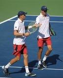 Mästare Mike och Bob Bryan för den storslagna slamen av Förenta staterna i handling under US Open 2017 för man` s för runda 3 dub royaltyfri fotografi