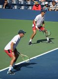 Mästare Mike och Bob Bryan för den storslagna slamen av Förenta staterna i handling under US Open 2017 för man` s för runda 3 dub arkivbild