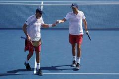 Mästare Mike och Bob Bryan för den storslagna slamen av Förenta staterna i handling under US Open 2017 för man` s för runda 3 dub arkivfoto