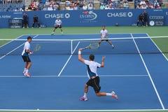 Mästare Mike och Bob Bryan för den storslagna slamen (på framdelen) under US Open 2014 dubbletter för runda 3 matchar Arkivbilder