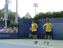 Mästare Mike och Bob Bryan för den storslagna slamen under första rundadubbletter matchar på US Open 2013 Arkivbilder