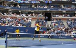 Mästare Mike och Bob Bryan för den storslagna slamen under tredje rundadubbletter matchar på US Open 2013 Arkivbild