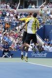Mästare Mike och Bob Bryan som för den storslagna slamen firar seger efter tredje rundadubbletter, matchar på US Open 2013 Arkivbild