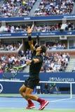 Mästare Rafael Nadal för storslagen Slam av Spanien i handling under hans US Openfinalmatch 2017 Arkivfoto