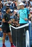Mästare Rafael Nadal för US Open 2017 av Spanien L och finalist Kevin Andersen av Sydafrika för finalmatch för singlar för man` s Royaltyfri Foto