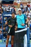 Mästare Rafael Nadal för US Open 2017 av Spanien L och finalist Kevin Andersen av Sydafrika för finalmatch för singlar för man` s Arkivfoto