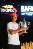 Mästare Rafael Nadal för US Open 2017 av Spanien som poserar med US Opentrofén Arkivfoton