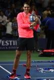 Mästare Rafael Nadal för US Open 2017 av Spanien som poserar med US Opentrofén under trofépresentation Royaltyfri Bild